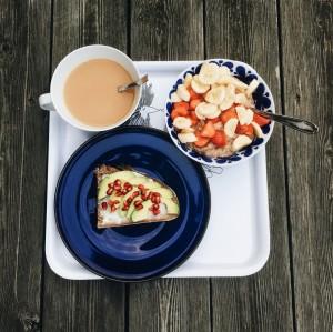 Frukost med fulkornsdinkelmacka.